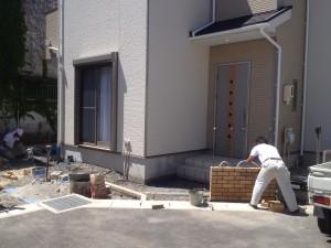 レンガ積門壁の外構施工中